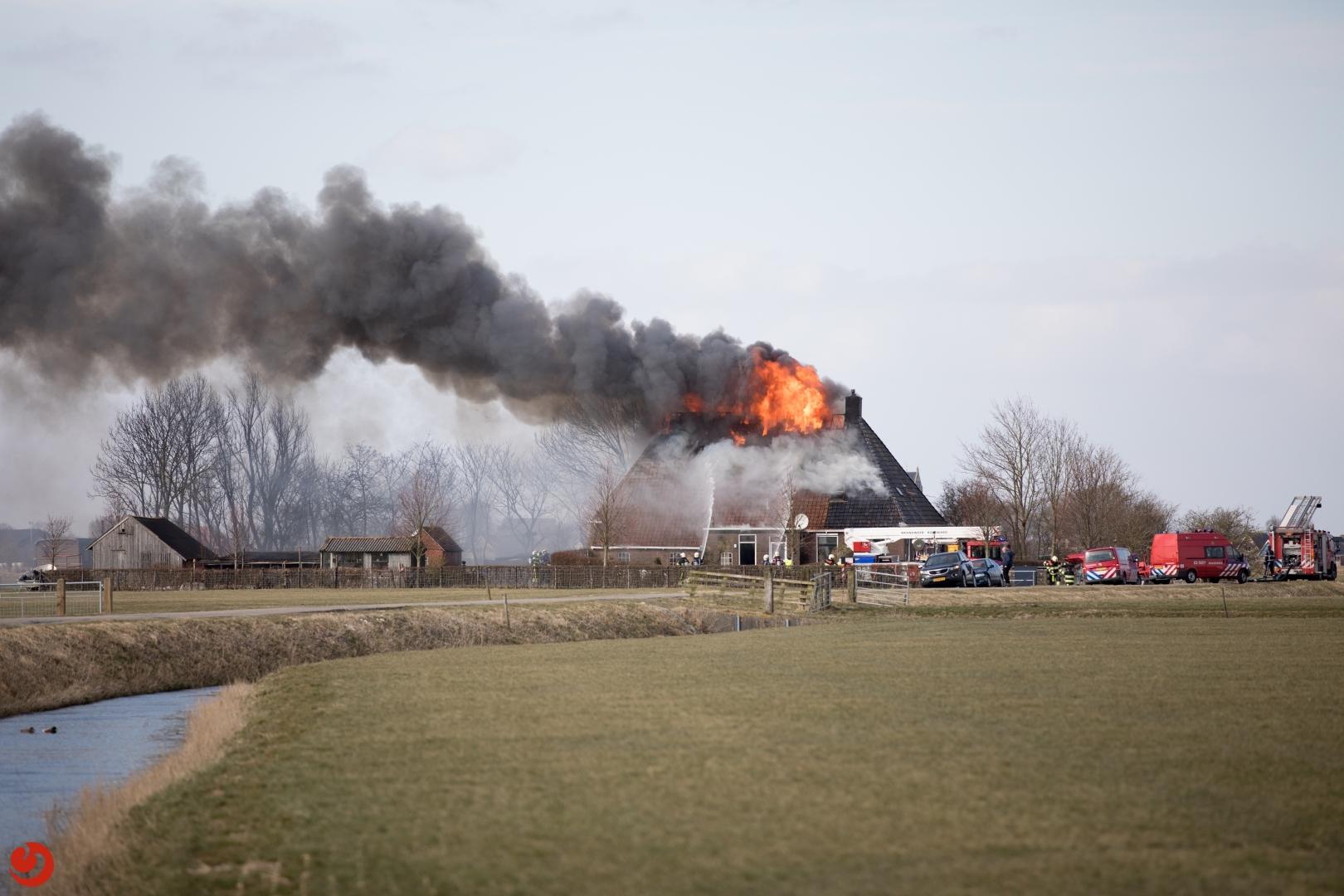 Uitslaande brand verwoest woonboerderij