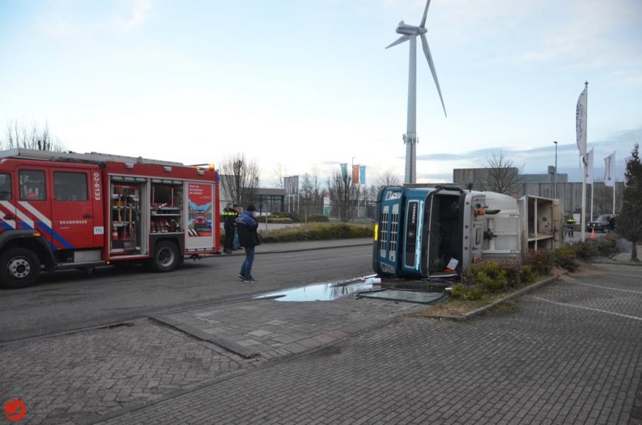 Vrachtwagen gekanteld op industrieterrein