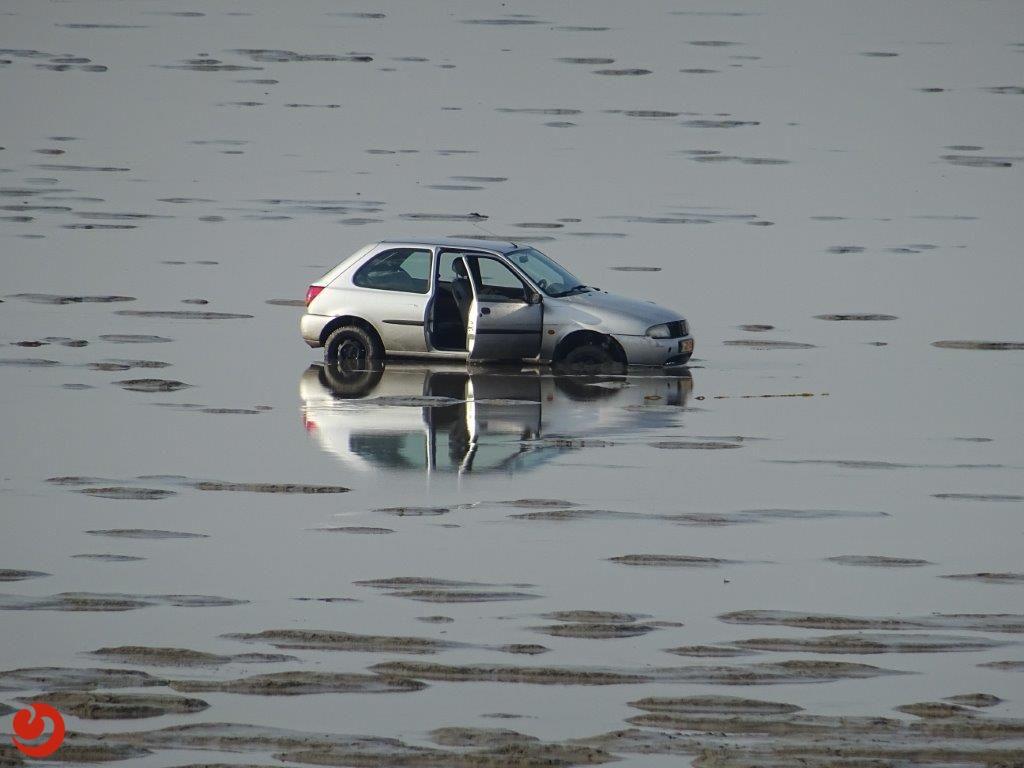 Auto geparkeerd op het wad