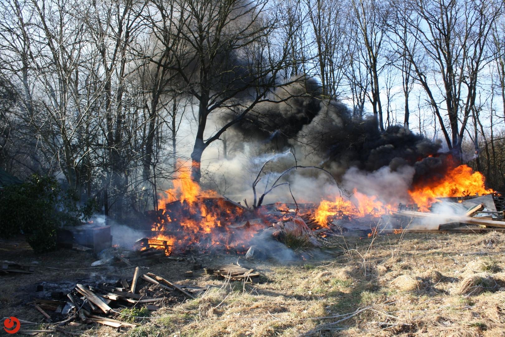 Brandje op erf loopt uit de hand