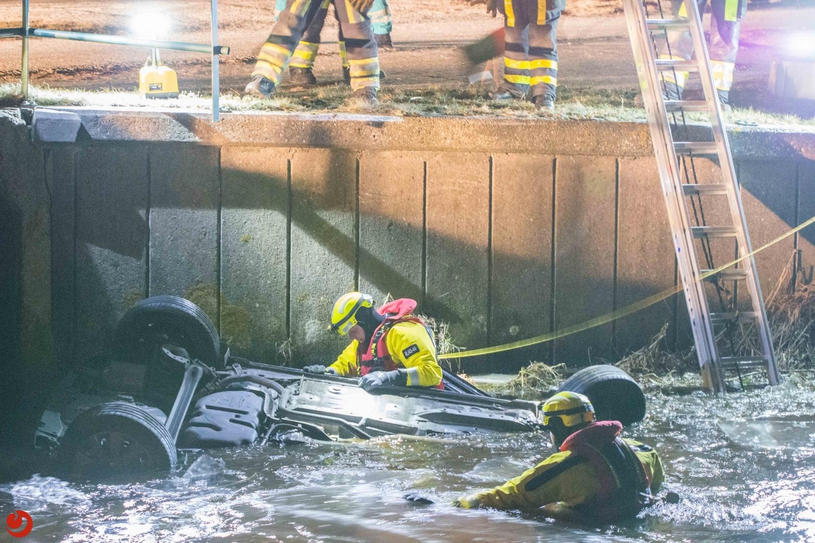 Grote brandweerinzet bij auto in vaart