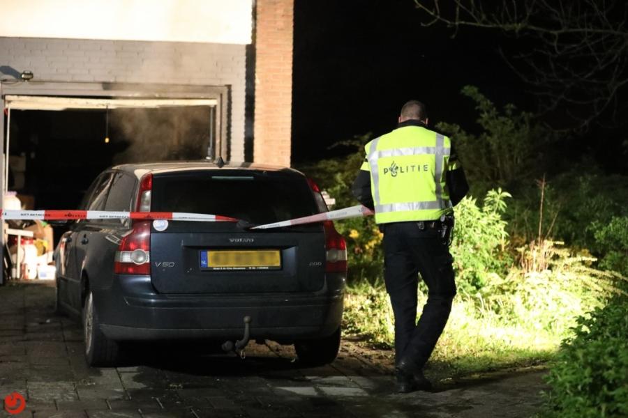 Auto in brand tegen flat