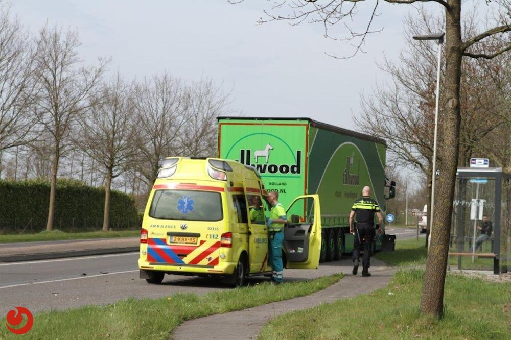 Auto en vrachtwagen in botsing