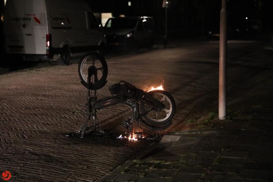 Gestolen snorfiets in brand gestoken