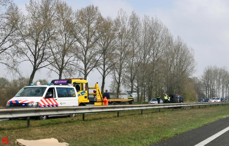 Auto kantelt op A7, een persoon gewond