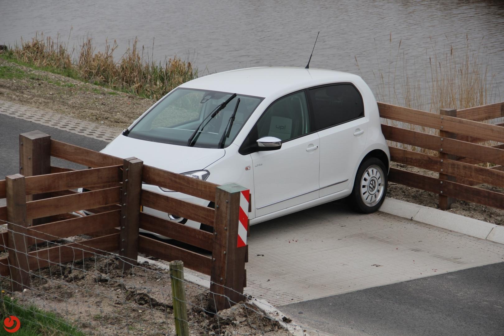 Auto botst op wegversmalling