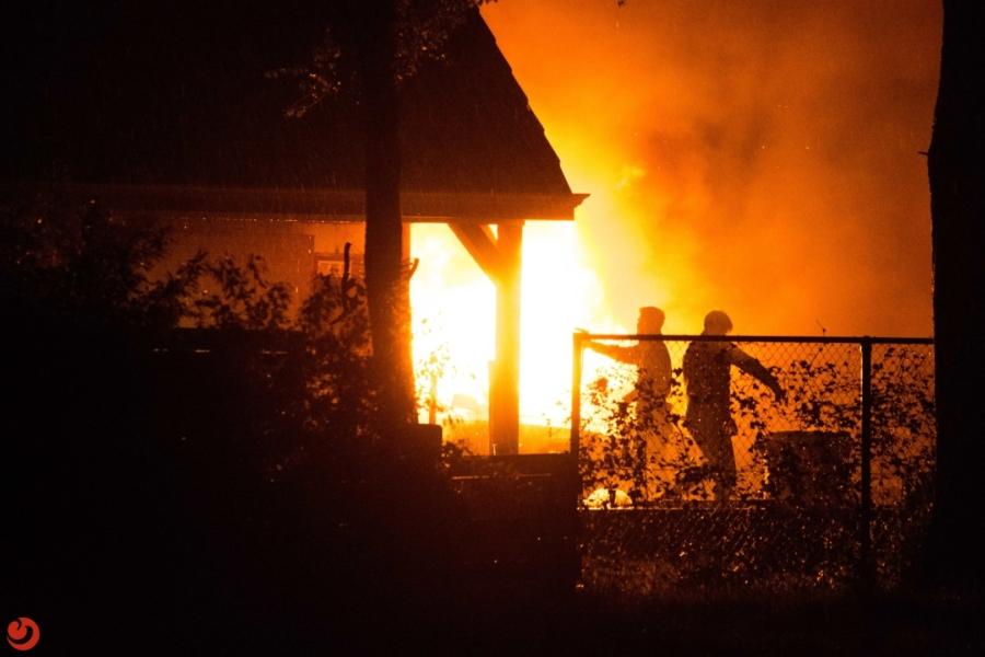 Twee auto's verwoest bij felle brand