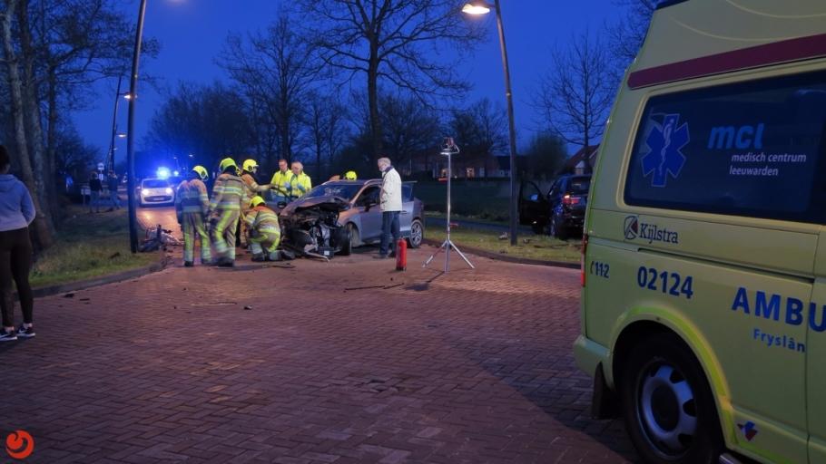 Vrouw bekneld in auto bij ongeval