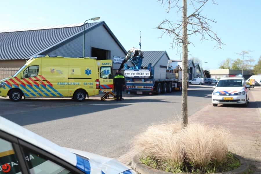 Man gewond na val van vrachtwagen