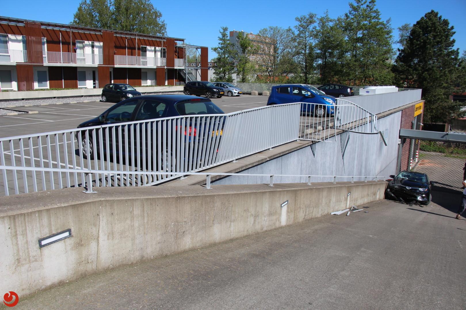 Auto stort van parkeerdek