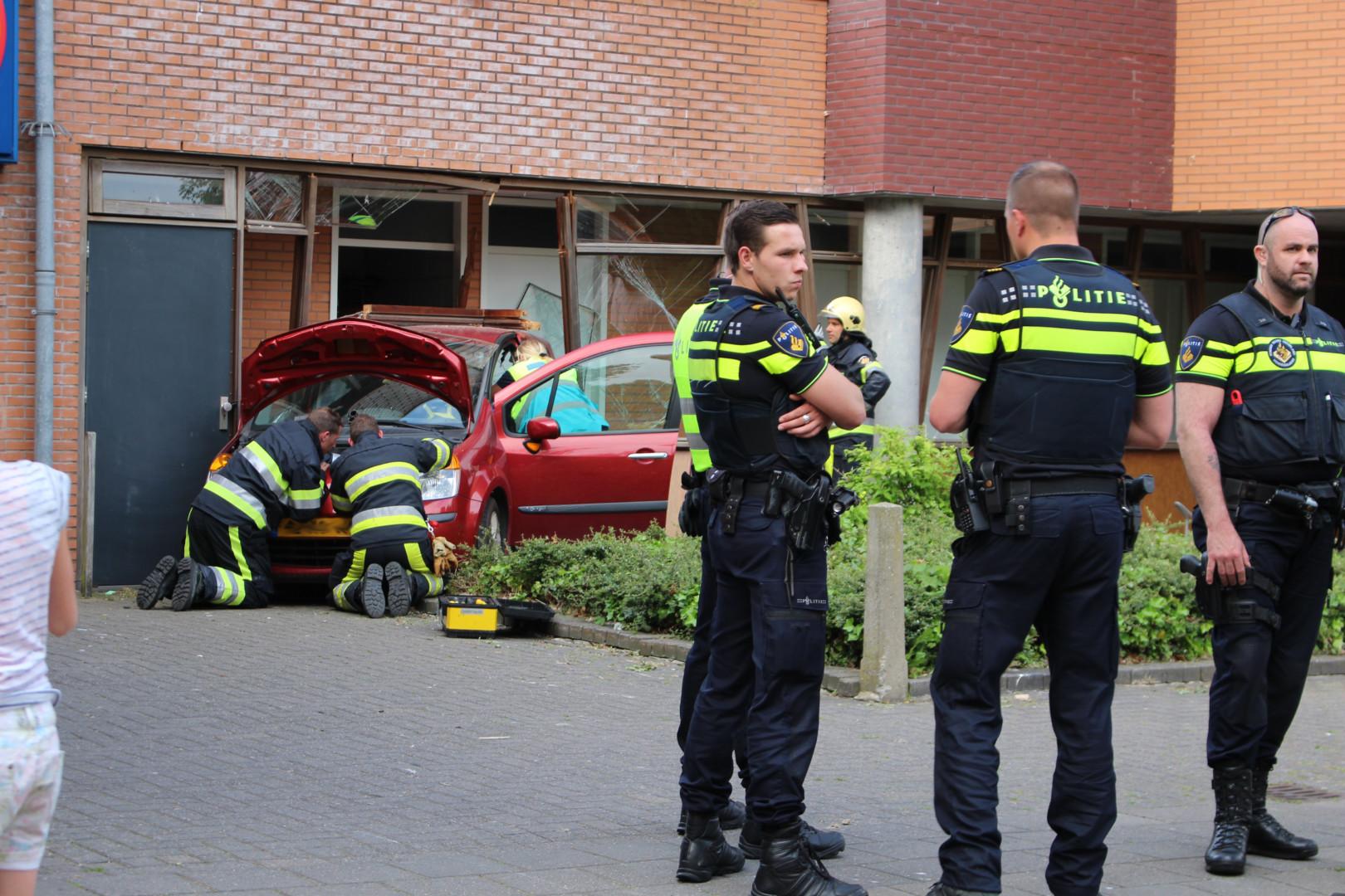 Automobilist rijdt flatgebouw binnen