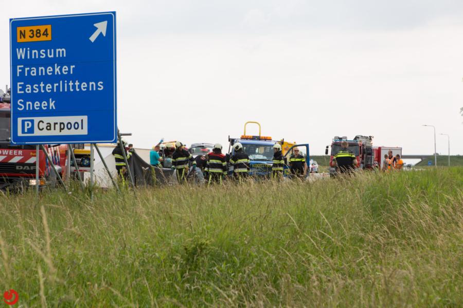 Botsing tussen busje en auto: één dode