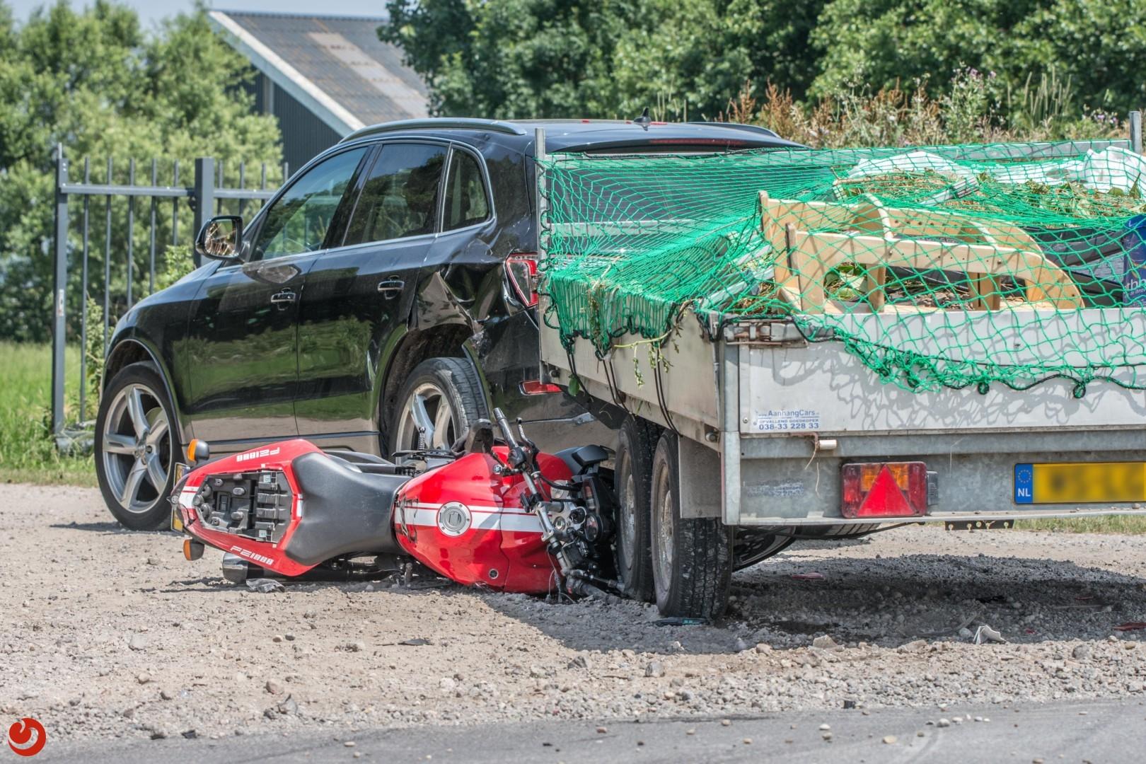 Motorrijder belandt onder aanhanger en raakt gewond