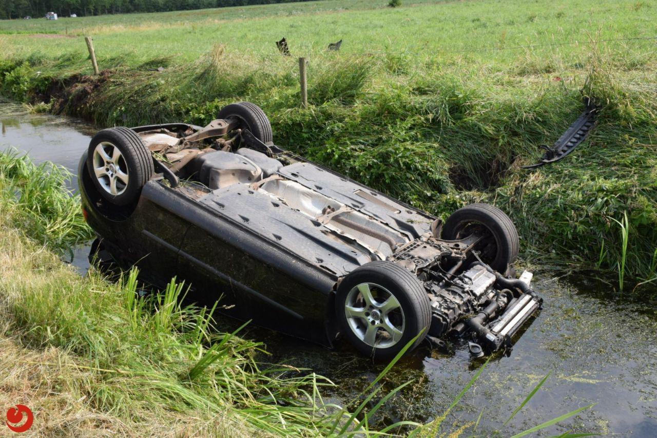 Auto belandt op zijn kop in sloot, bestuurder gewond