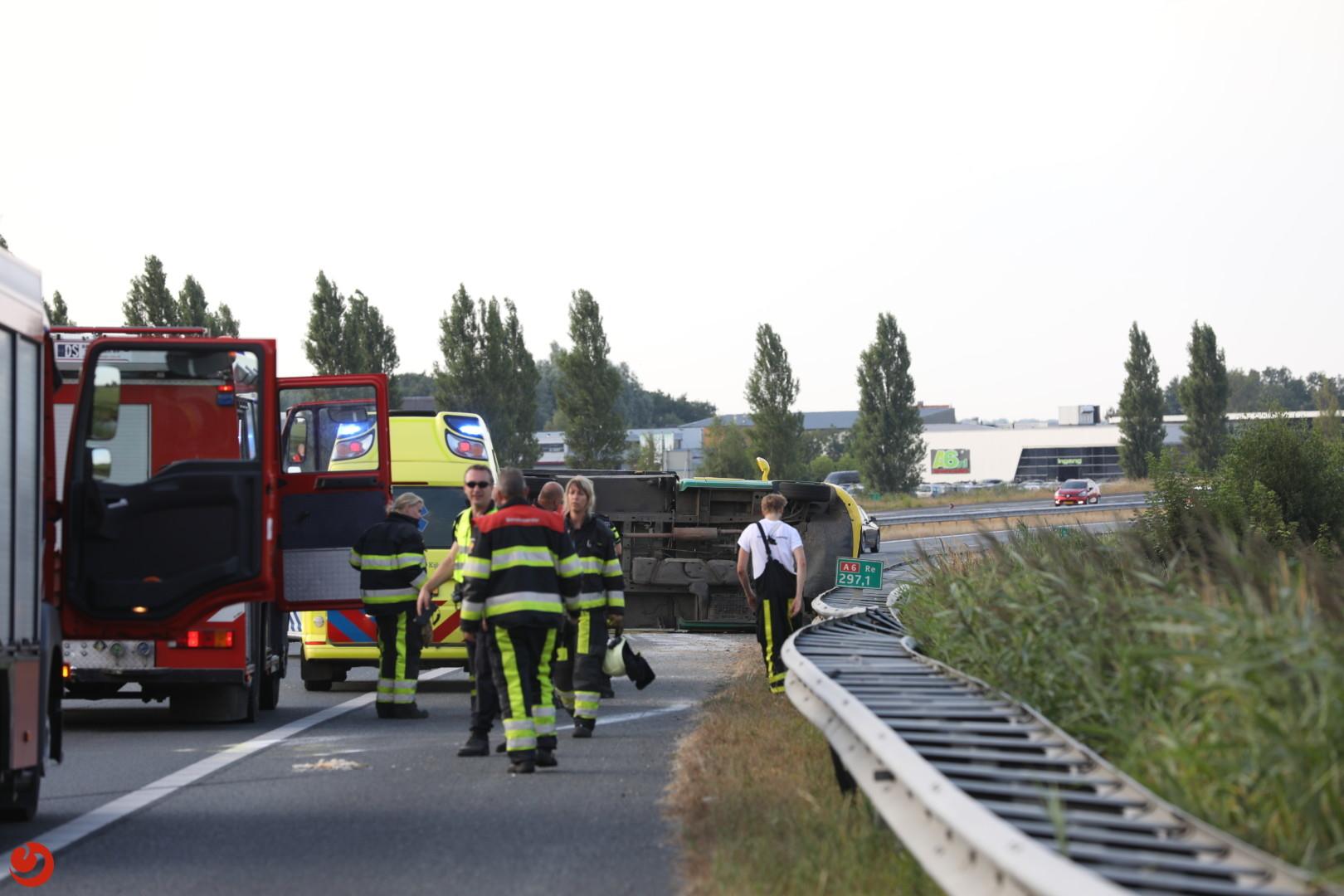 Kaasboer kantelt op de A6 bij Lemmer