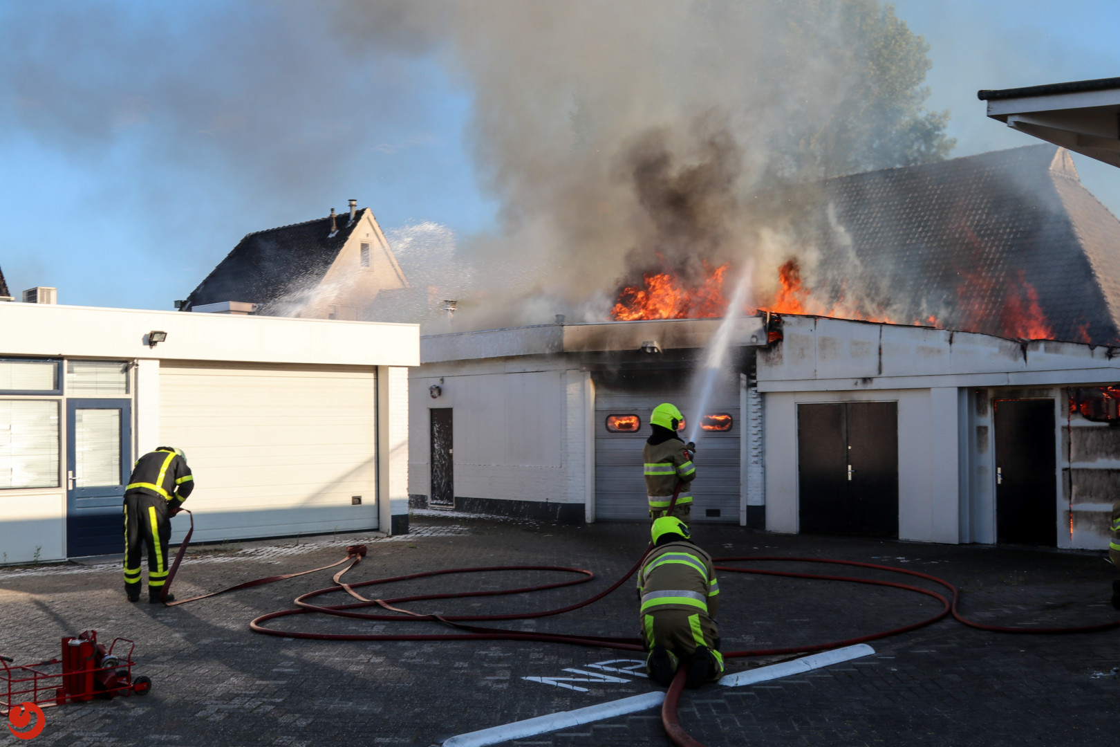 Grote brand in leegstaande loods