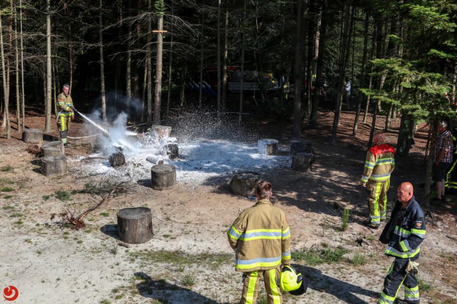 Grote brandweerinzet voor brandende boomstammen