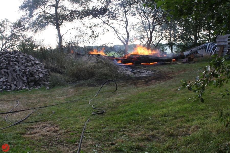 Buitenbrand in achtertuin van woning