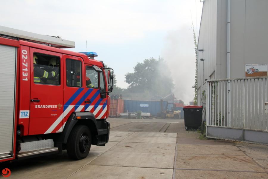 Brandweer blust brand bij schroothandel