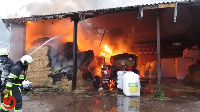 Grote brand in stal met hooi