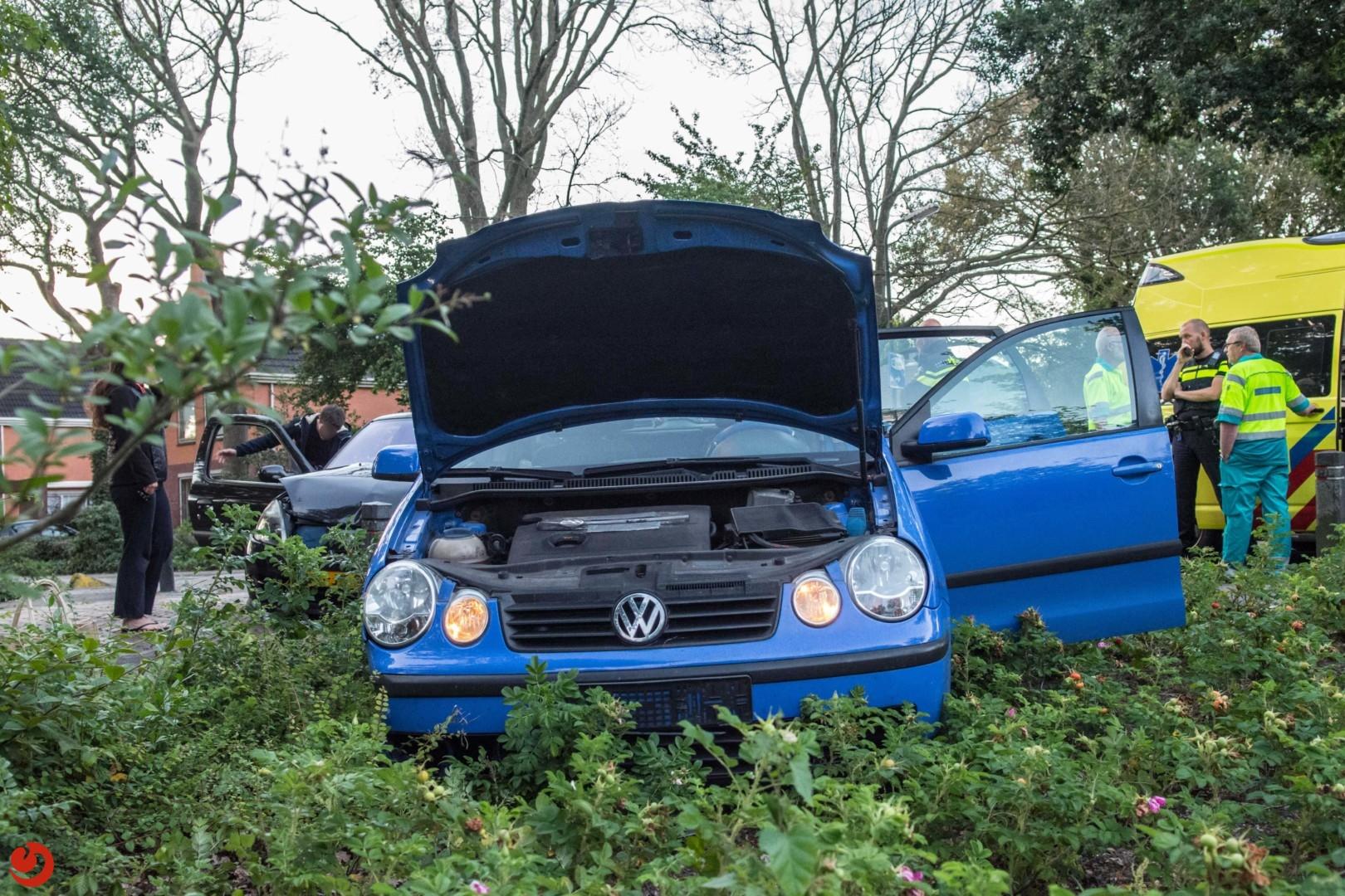 Auto belandt in struiken na aanrijding op kruising