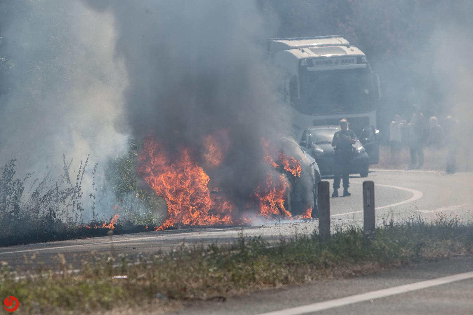 Felle brand legt auto in as op de A32