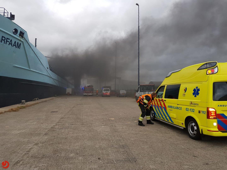 Zwarte rookwolken bij brand in schip
