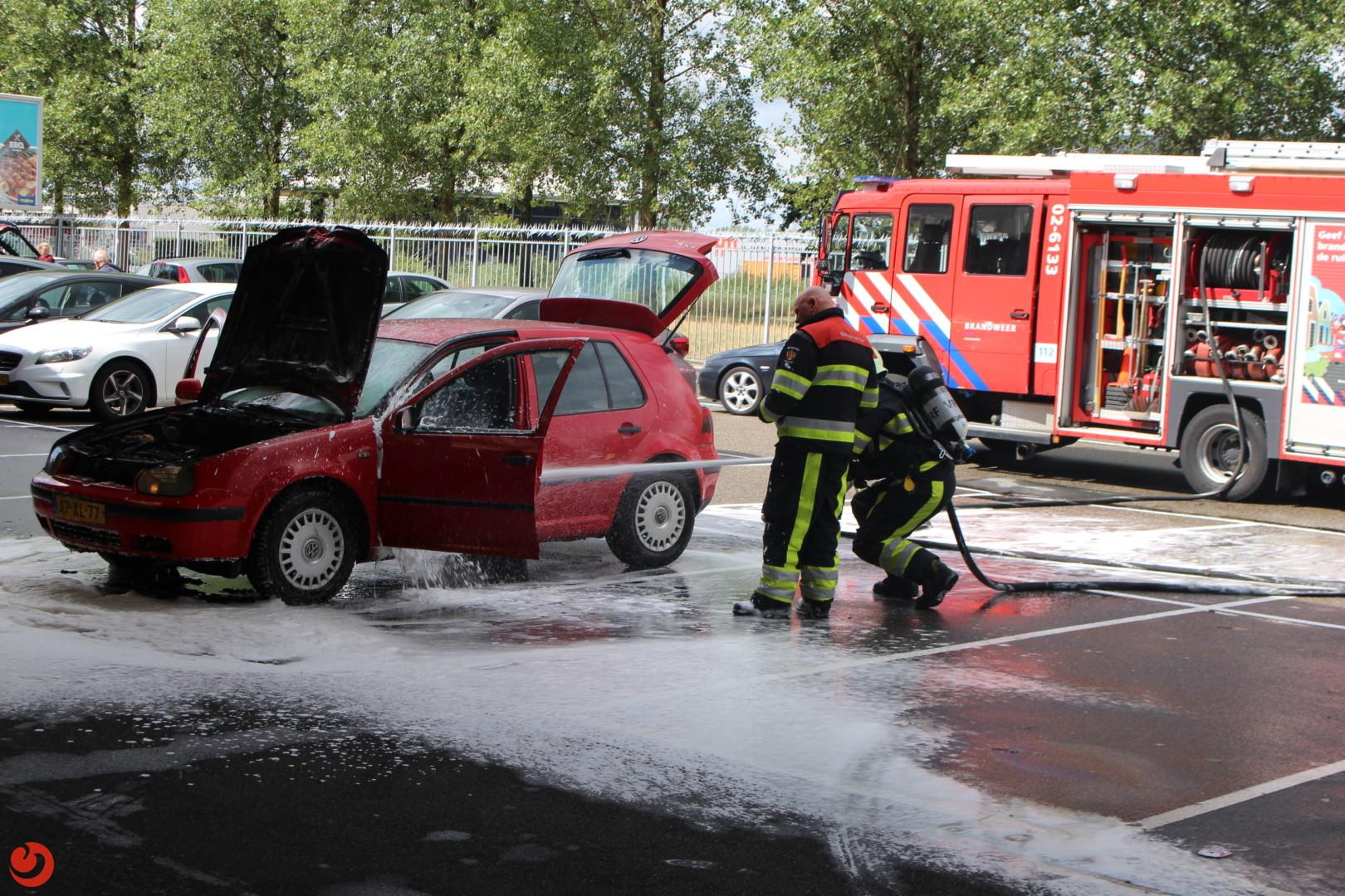 Auto in brand op parkeerterrein Makro