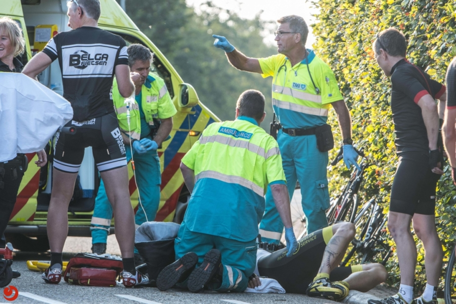 Trekker botst op wielrenners: twee gewonden