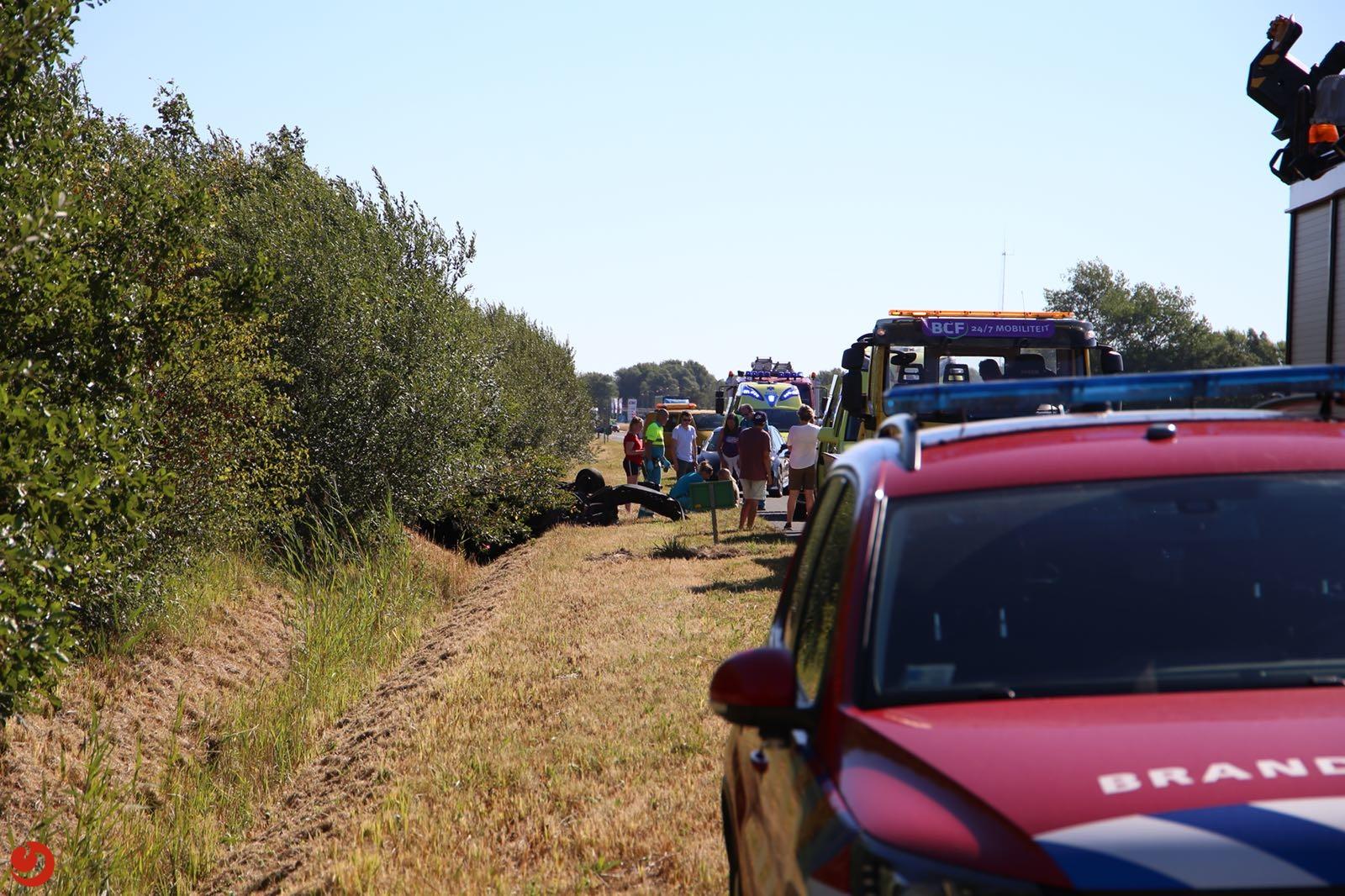 Auto over de kop in greppel: twee gewonden