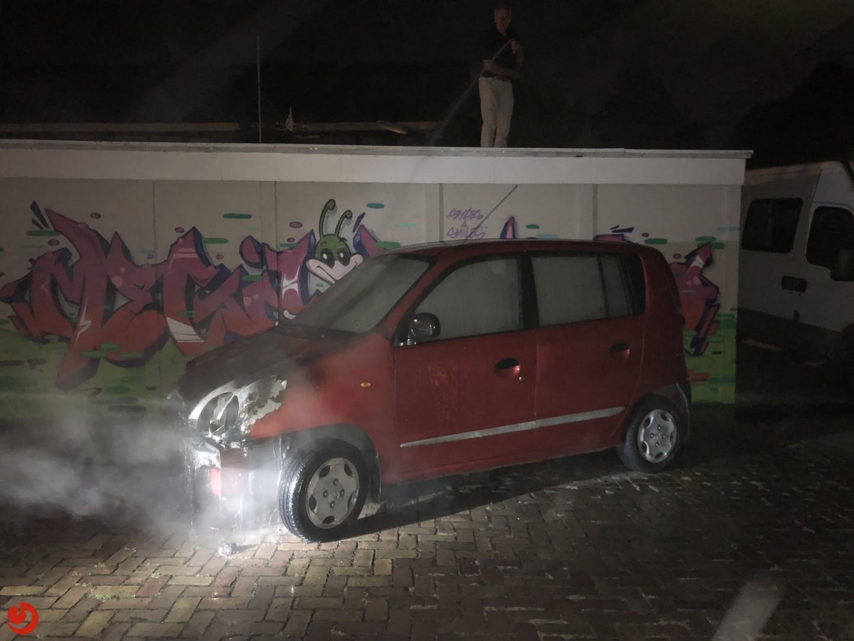 Buurtbewoners blussen autobrand