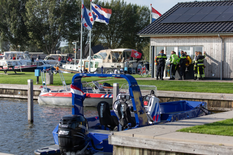 Meerdere personen te water door omgeslagen boot