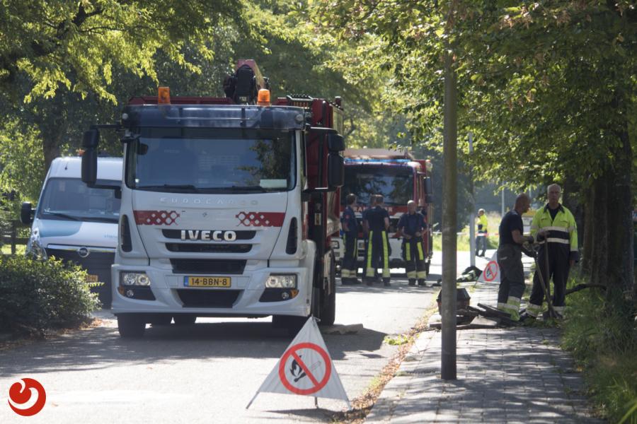 Vuilniswagen trekt gasleiding uit de grond