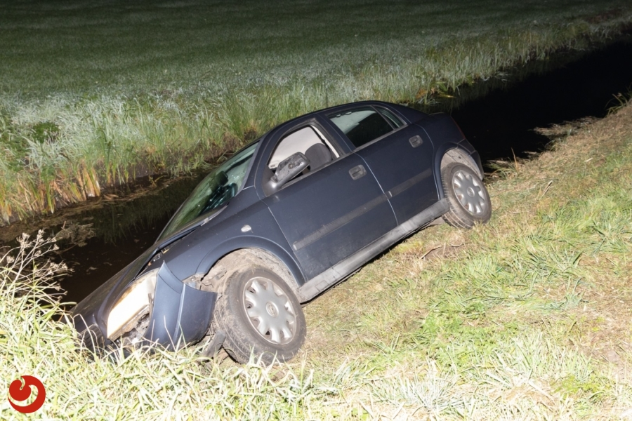 Auto belandt in sloot, één gewonde