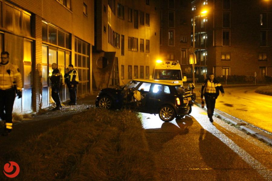 Auto botst tegen gevel kantoorpand