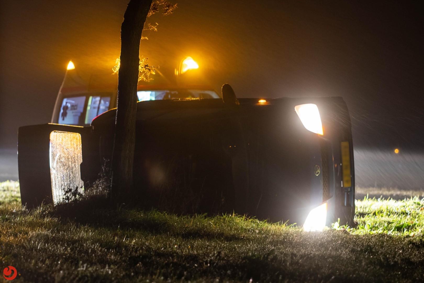 Automobilist eindigt tegen boom langs de A32