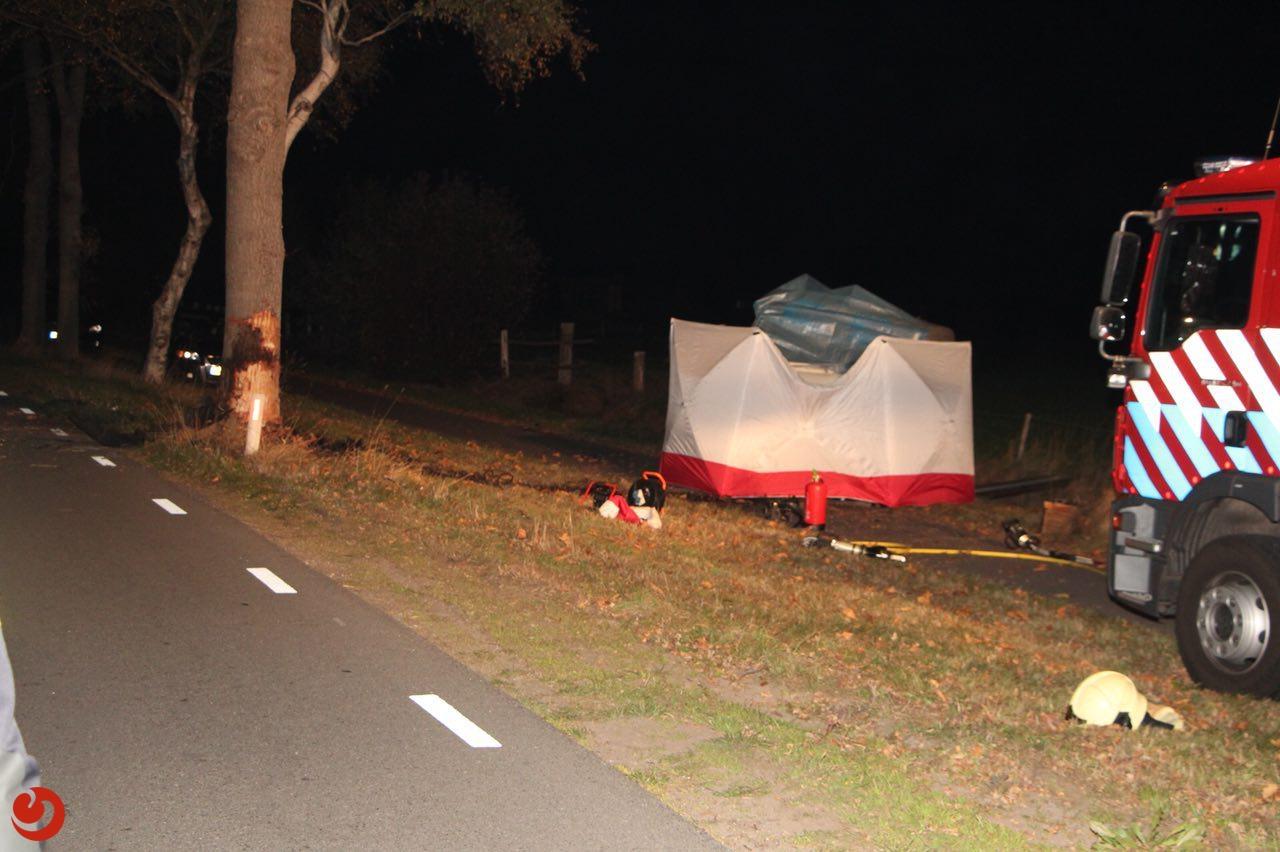 Dodelijk eenzijdig ongeval: busje tegen boom