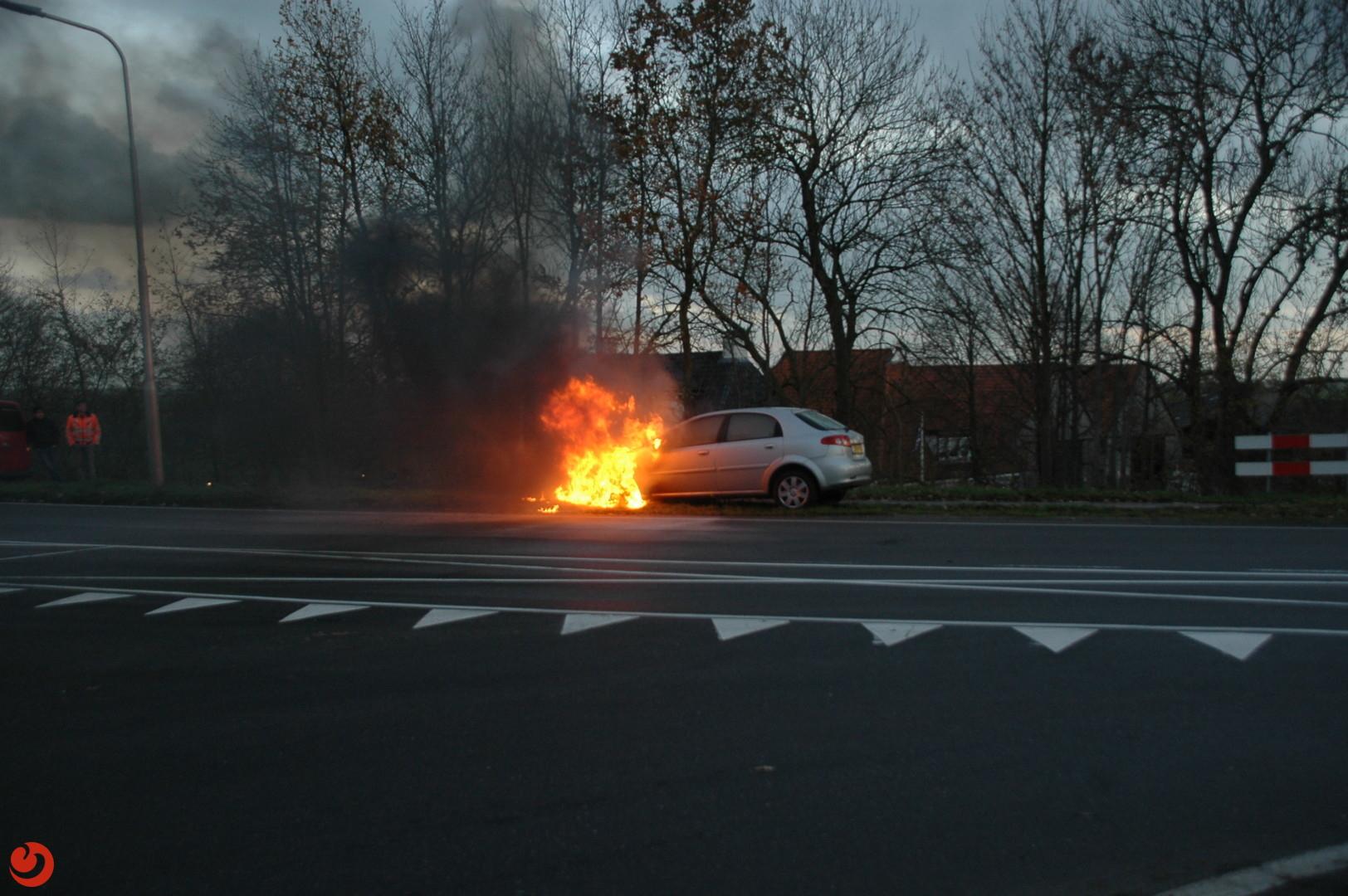 Auto vat vlam bij brug Spannenburg