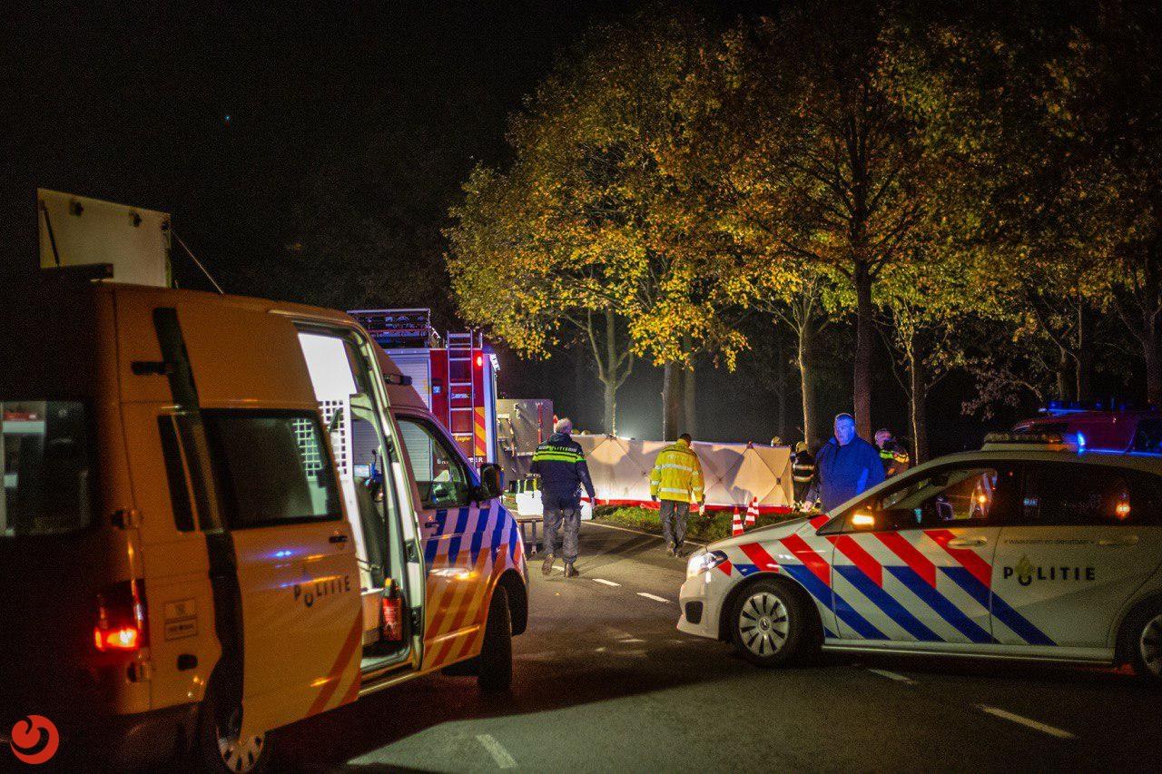Man (24) overleden na botsing met boom