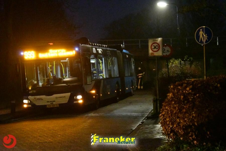 Lijnbus botst tegen viaduct