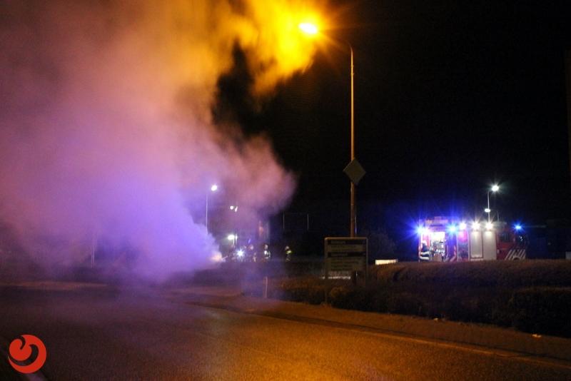 Geparkeerde auto compleet uitgebrand