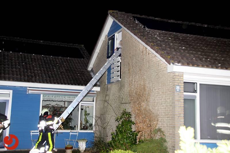 Bewoner van balkon gered bij brand