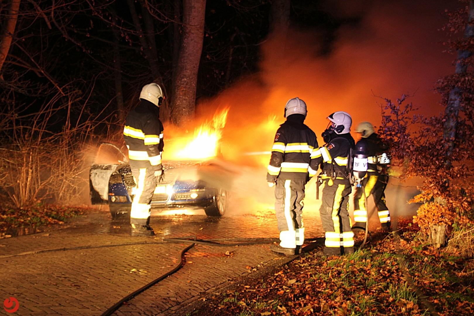 Rijdende auto vliegt spontaan in brand