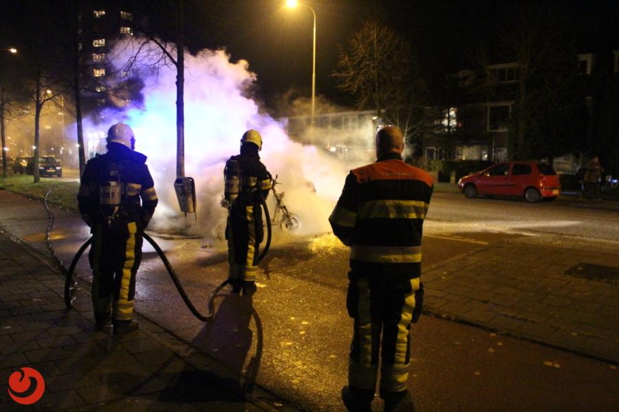 Scooter vliegt in brand tijdens het rijden