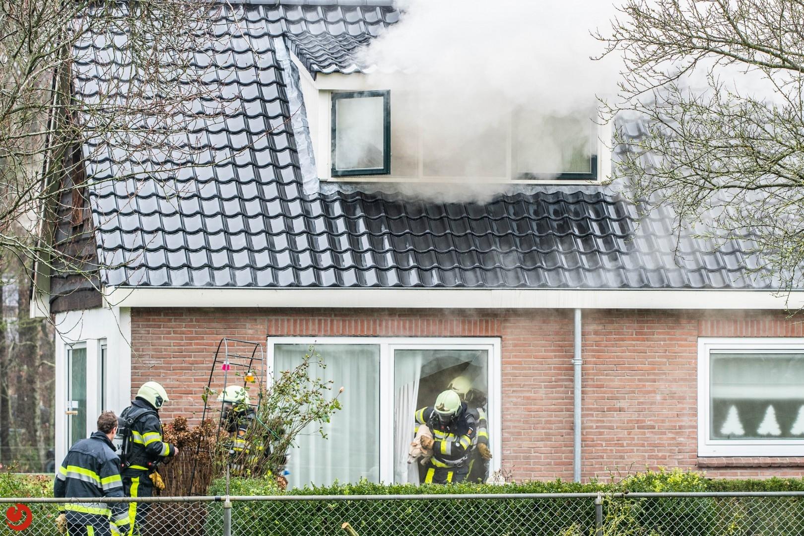 Brandweerlieden redden hond uit brandende woning