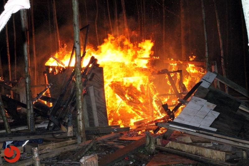 Houten hut in brand