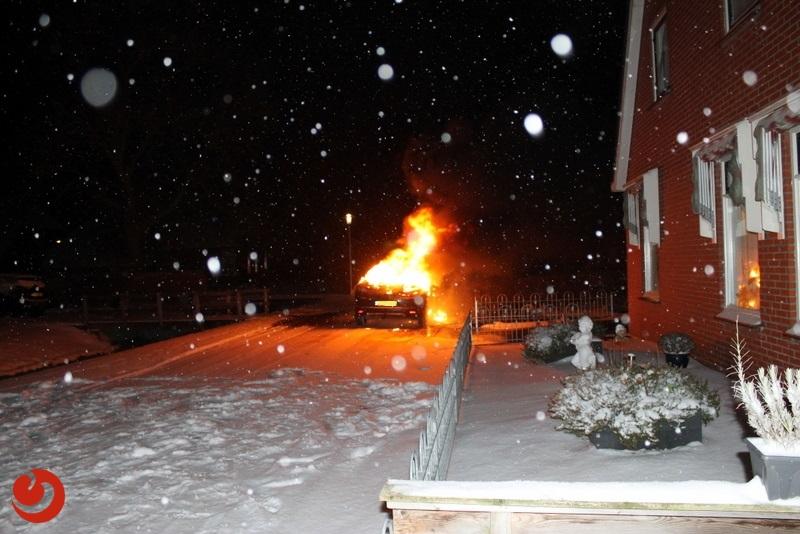 Auto compleet uitgebrand in de sneeuw