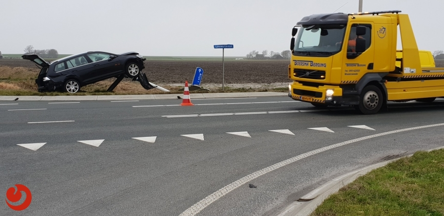 Auto botst op ANWB paal