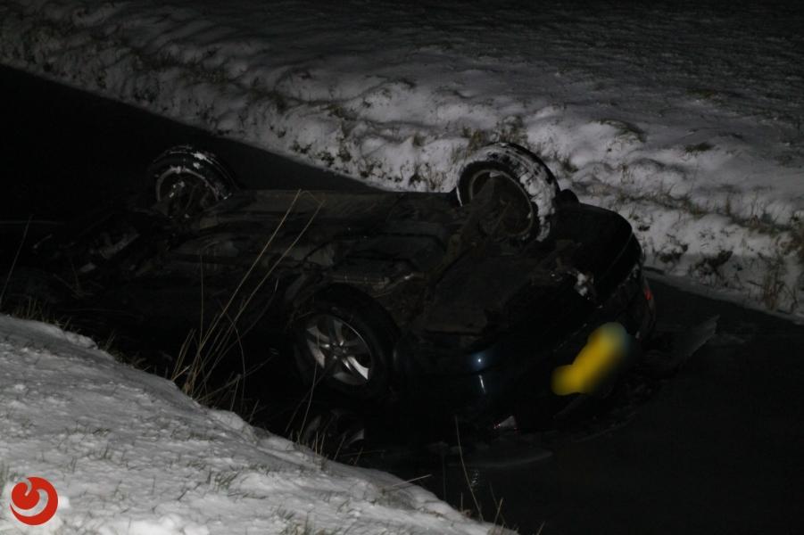 Auto belandt op de kop in de sloot