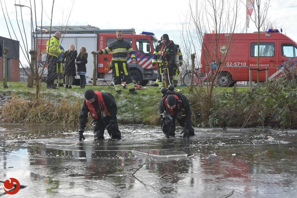 Brandweer doorzoekt bevroren sloot na vinden kinderfiets
